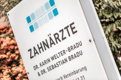 Zahnarzt Grafenberg - Bradu - Praxisschild unserer Praxis